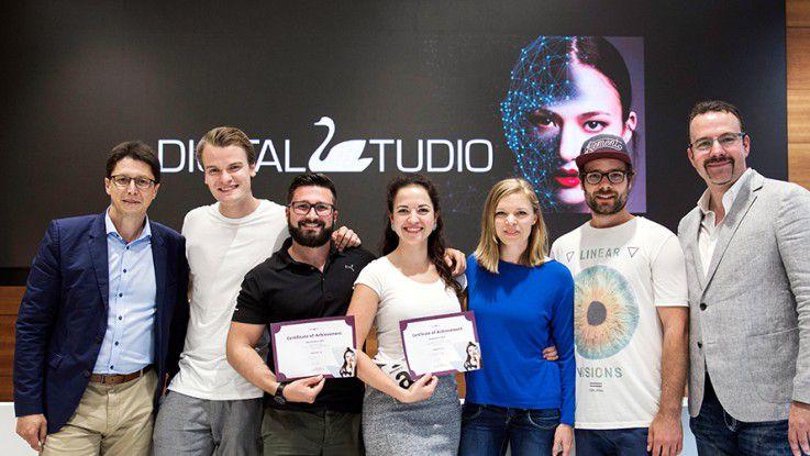 Bernd Preuschoff (re.) und CEO Jörg Karas (li.) mit den Gewinnern des Beautython 2017 in Berlin. »Herausforderung ist es, jeden Tag den Nutzen digitaler Initiativen in die Organisation zu tragen.« sagt Preuschoff, Vice President Digital Technology bei Schwan-STABILO Cosmetics.