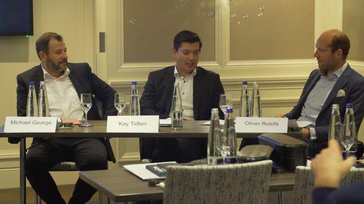 Michael George und Kay Tidten mit Moderator Oliver Rolofs (v.l.n.r.) im Gespräch auf einer Presseveranstaltung im Vorfeld der Cybersecurity-Veranstaltung Command Control (20.-22. September in München) zu kritischen Infrastrukturen (KRITIS).