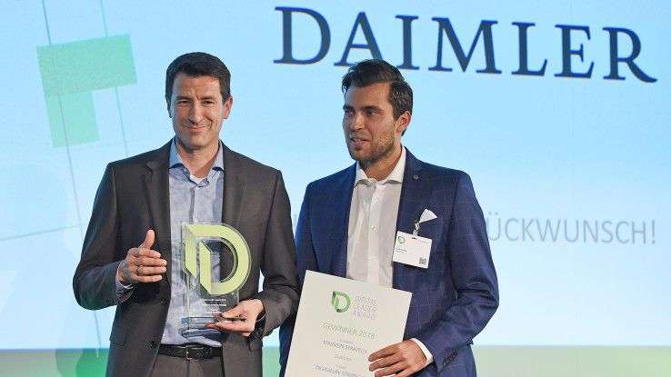 Markus Hägele (l.) ist Head of DigitalLife@Daimler bei der Daimler AG. Gemeinsam mit seinem Kollegen Stefan Suckow, Communications DigitalLife@Daimler, nimmt er hier den Digital Leader Award entgegen, den er Im Sommer 2018 gewonnen hat.