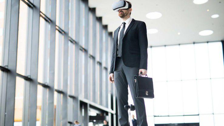 Ein Banker mit VR-Brille per Hoverboard auf dem Weg zur Arbeit - Gegenwart oder Vision?