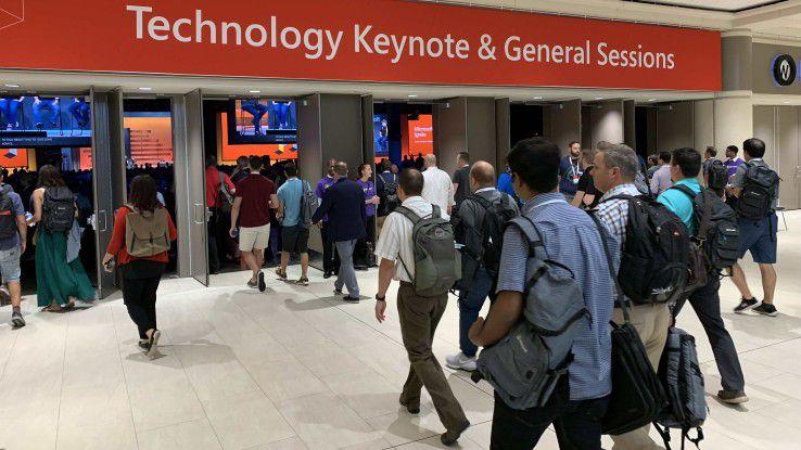 Besucher der Microsoft Ignite 2018 auf dem Weg zur Keynote.