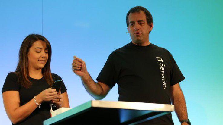 Martin Lang demonstriert zusammen mit einer SAP-Mitarbeiterin, wie schnell und einfach ein neues iPhone in Betrieb genommen werden kann.