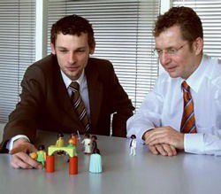 Der Berater Kurt-Georg Scheible (links) erklärt Heiko Schmidt, Geschäftsführer des IT-Dienstleisters Schmidt & Fuchs, wie Playmobilfiguren seinen Vertriebsumsatz steigern helfen.