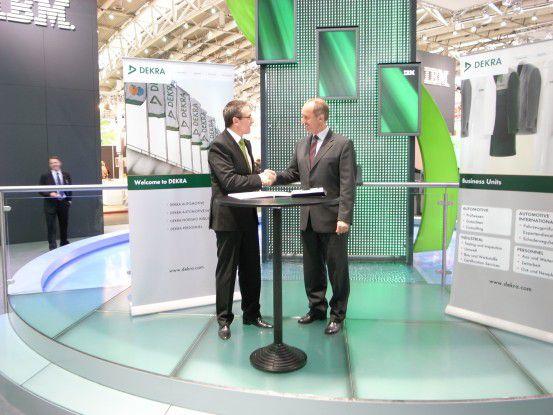 Martin Jetter (links), Vorsitzender der Geschäftsleitung IBM, und Roland Gerdon, Mitglied des Vorstands der Dekra AG, bei der Unterzeichnung der Kooperationsvereinbarung auf der CeBIT 2008.
