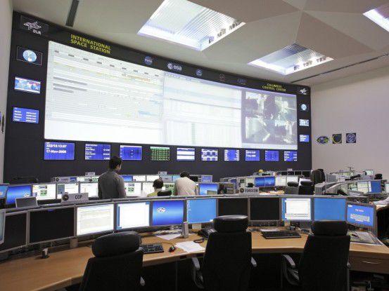 Jeder Arbeitsplatz im Kontrollzentrum hat drei Bildschirme.