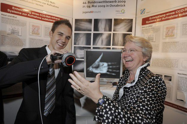 Bundesbildungsministerin Annette Schavan gratuliert dem Bundessieger von Jugend forscht, Steffen Strobel.