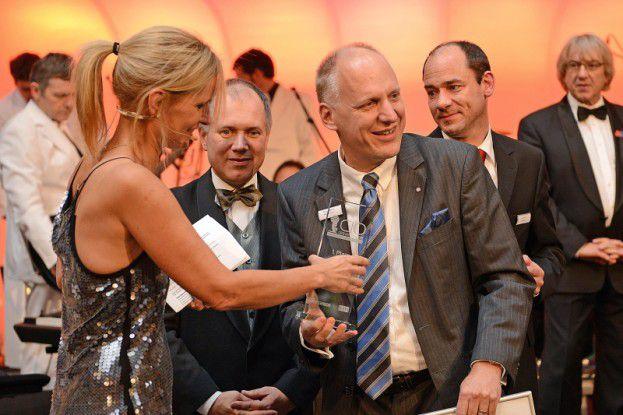 """Katrin Müller-Hohenstein gratuliert Guus Dekkers von Airbus/EADS zum """"CIO des Jahres 2013""""."""
