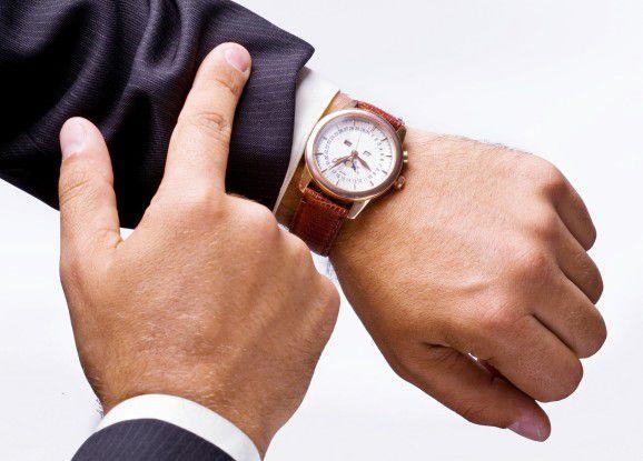 Ist denn schon wieder Feierabend? Mitarbeiter, die immer nur auf die Uhr schauen, stören den Abteilungsfrieden.