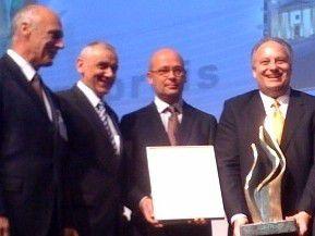 Christoph Liefländer (mit Urkunde) nimmt den BME-Innovationepreis 2009 entgegen.