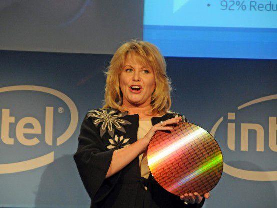 Diane Bryant, CIO von Intel, hält einen Westmere-Wafer mit der Strukturbreite 32 Nanometer in Händen. Die einzelnen Dies haben jeweils sechs Kerne. Das sind Intels künftige Xeon- und Highend-Desktop-Prozessoren.