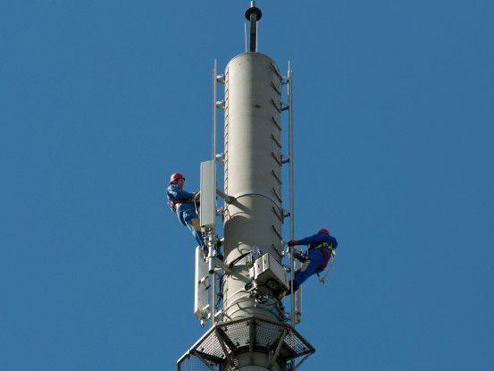 Arbeiter an einem Sendemasten der Deutschen Telekom