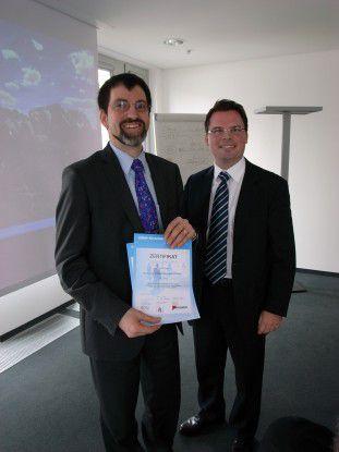 Mario Pufahl (rechts), Mitglied der Geschäftsleitung von ec4u, gratuliert dem Sieger Hans-Jürgen Dietrich (links), Projekt Manager von BASF IT Services.