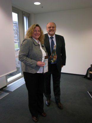 Herbert Kindermann, CEO der Metasonic AG, gratuliert der Siegerin der BPM-Championship Jennifer D'hom.