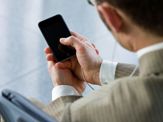 Immer mehr Firmenmitarbeiter und Privatleute ersetzen ihre Handys durch Smartphones. Das bringt Risiken mit sich, etwa bei Verlust oder Diebstahl des Geräts.