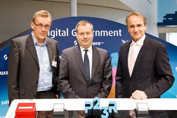 """Der hessische Staatssekretär Steffen Saebisch (Mitte)und Karl-Heinz Streibich von der Software AG (rechts) erklären CW-Chefredakteur Heinrich Vaske (links), wie sie das """"House of IT"""" bauen wollen."""