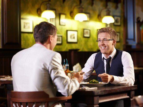 Ein Abendessen zu zweit stresst Networking-Muffel viel weniger als Small Talk mit vielen (fremden) Menschen.