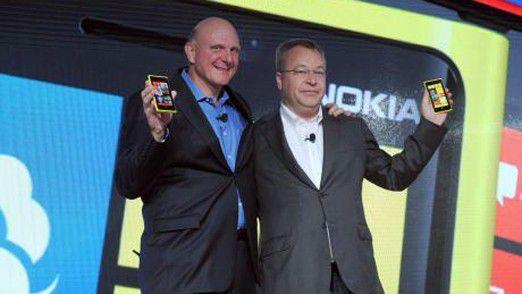 Das freut Stephen (Elop, Nokia-Chef - rechts) und Steve (Ballmer, Microsoft-Chef): Das Alu-Smartphone Catwalk setzt wie alle Lumia-Modelle auf Windows 8.