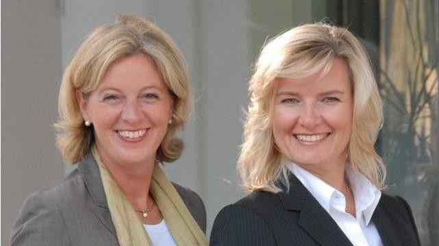 Christina Tabernig (links) und Anke Quittschau von korrekt! kennen sich in Benimmfragen aus.