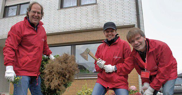 Der Tag der Hilfsbereitschaft: Wilhelm Seibel (Seibel Designpartner), Sabine Röhler (CJD Frechen), Frank Gockel (Gute Botschafter) machen den Garten einer älteren Dame winterfest.