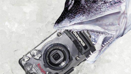 Wer häufig am Wasser oder im Regen fotografiert, sollte sich vorsichtshalber eine wasserfeste Digitalkamera wie die Olympus TG-1 zulegen.