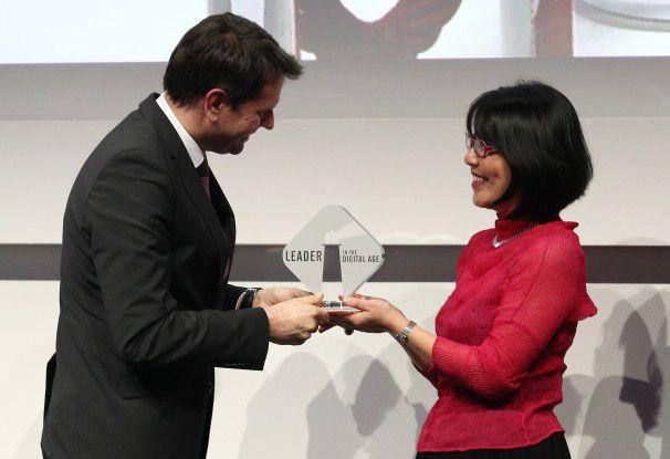 Mari Kuraishi, Mitgründerin von GlobalGiving.org, nimmt ihren Preis entgegen.