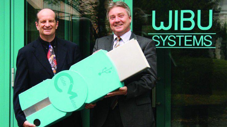 Genau wie auf diesem Bild zum 20-jährigen Firmenjubiläum im Jahr 2009 freuen sich Wibu-CEO Oliver Winzenried (r.) und Aufsichtsratschef Marcellus Buchheit auch heute wieder über die neue CodeMeter-Middleware.