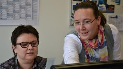 Lohnbuchhalter wie Ulrike Wagner müssen viele Daten eingeben, sicher und schnell. Usability-Expertin Köpf zeigt der Kundin Abkürzungswege im neuen System.