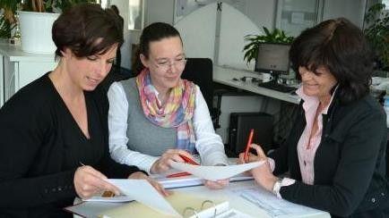 Die Ergebnisse aus ihren Kundenbesuchen bespricht Köpf mit den Produkt-Managerinnen Sabine Kiefer (links) und Inge Hoffmann.