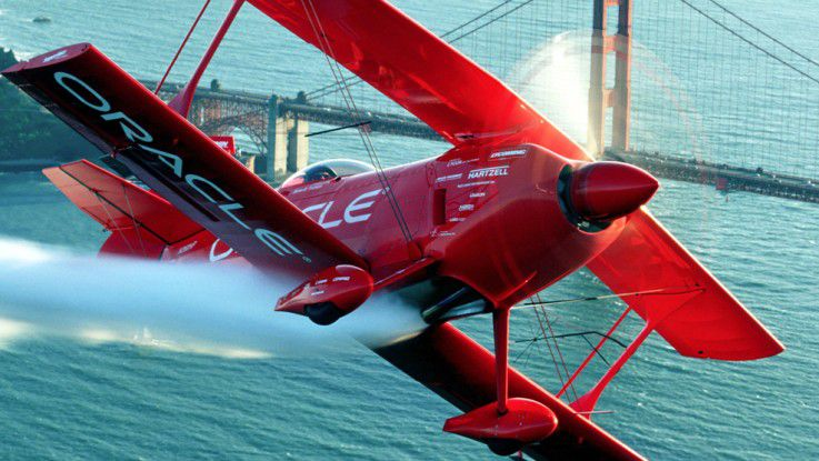 Team-Oracle-Stuntflugzeug vor der Golden Gate Bridge