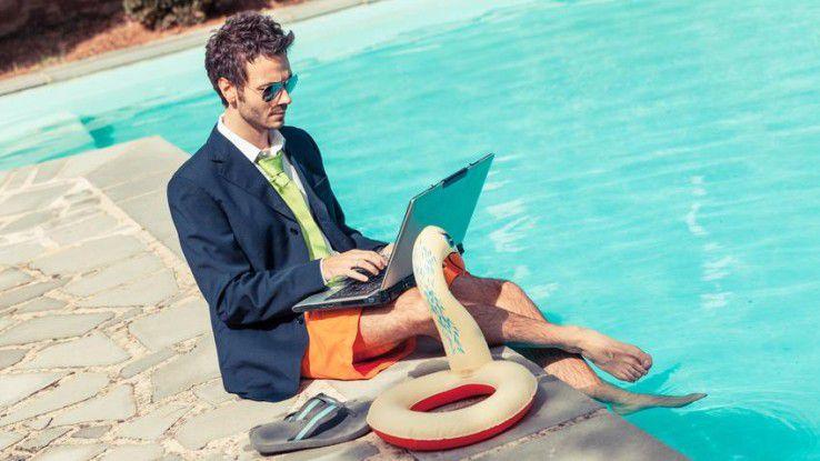 Viele können auch im Urlaub nicht die Finger vom Laptop lassen: Sie arbeiten trotzdem oder suchen nach einem neuen Job.