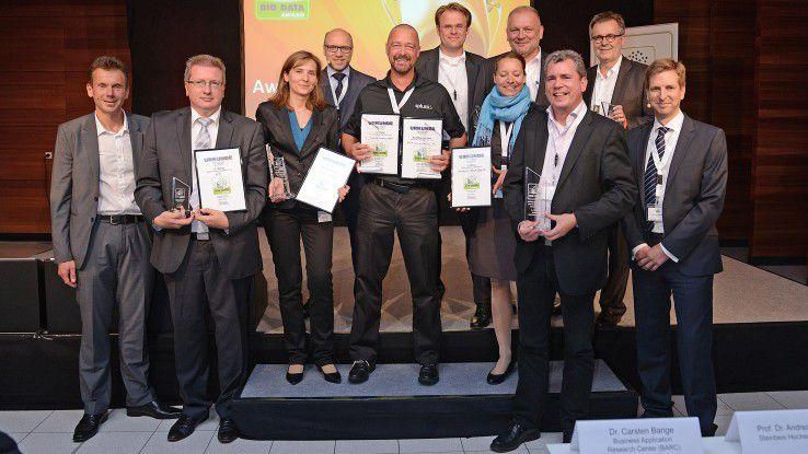 """Die Preisträger des """"Best in Big Data""""-Awards freuen sich über ihre Auszeichnungen."""