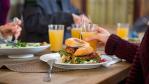 Allein oder mit Kollegen Mittag essen?: Du bist, wie du isst - Foto: Tyler Olson - Fotolia.com