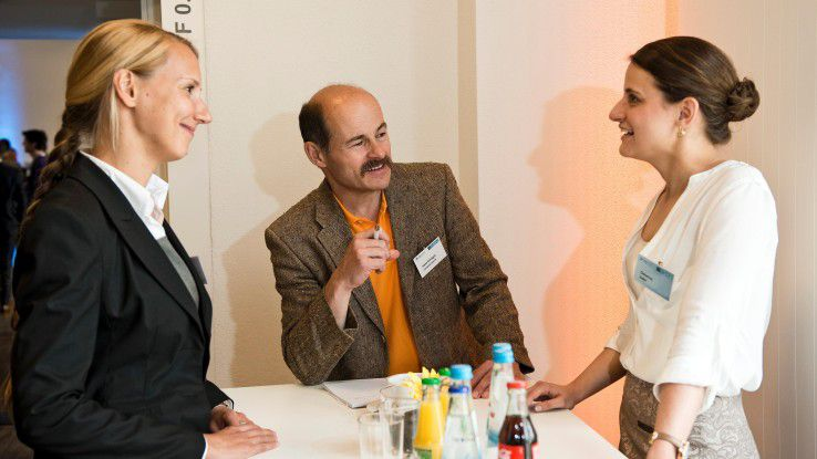 Die Capgemini-Managerinnen Marie-Fleur Revel (links) und Christina Gräßel erläutern CW-Redakteur Hans Königes, wie sie Digital Natives an ihr Unternehmen binden wollen.
