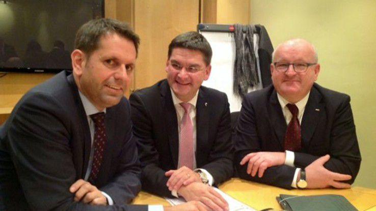 Kurz vor der Unterzeichnung (von links): Minister Lies, CeBIT-Chef Frese und BITKOM-Vize Dietz