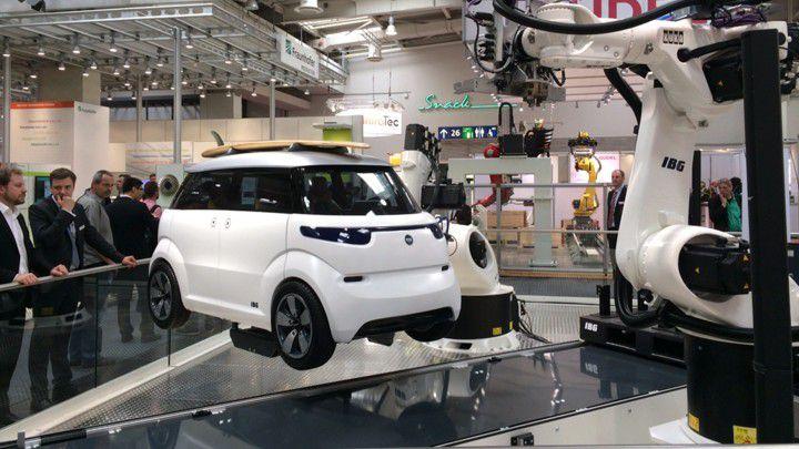 Die Produktion auf dem Messestand in Hannover bringt kein vollständiges Elektroauto hervor. 70 Prozent der Prozessschritte werden abgeschlossen. Bis Ende des Jahres soll die Anlage so weit ausgereift sein, dass ein fahrtüchtiges Auto entstehen kann.