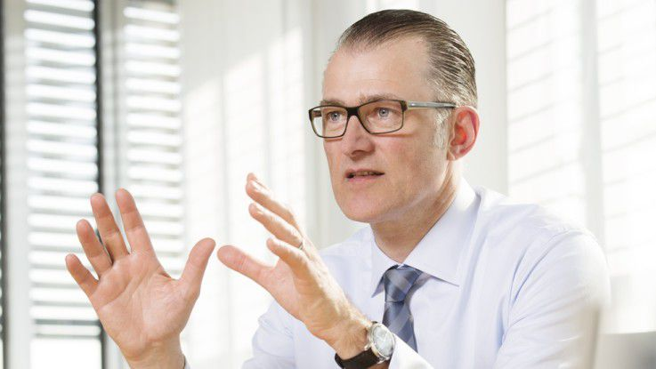 Der Vorstandsvorsitzende der Lufthansa System AG, Stefan Hansen (49), kam 1999 zum Konzern. Er leitete zunächst den Bereich Desktop & Network Services, bevor er 2001 die Geschäftsführung der Tochtergesellschaft Lufthansa Systems Infratec und ab 2004 auch die von Lufthansa Systems Network übernahm. Ab Mitte 2006 folgten vier Jahre als Geschäftsführer bei EDS. Anschließend hatte Hansen eine beratende Funktion für Vodafone Deutschland bei der Neuausrichtung des Firmenkundengeschäfts inne. Seit Juli 2010 ist Hansen Vorstandsvorsitzender der Lufthansa Systems AG und hat das Unternehmen strategisch neu ausgerichtet und wirtschaftlich zurück in die Spur gebracht.