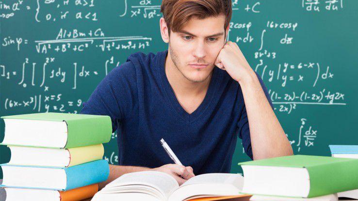 Ein Studium zahlt sich aus: laut Analyse von Compensation online verdienen Akademiker doppelt so viel wie Fachkräfte mit der mittleren Reife.