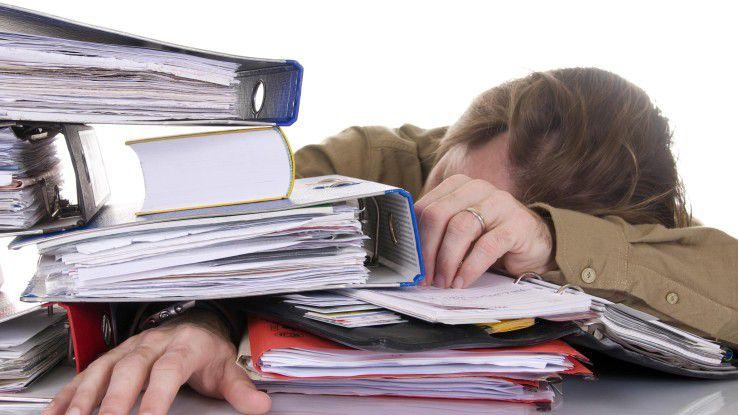 Wenn der Schreibtisch überquillt, versuchen Sie Aufgaben zu delegieren, auch wenn es schwer fällt.