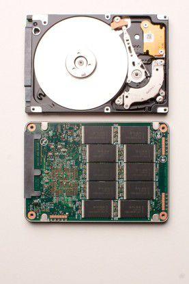 Größenvergleich einer Festplatte mit Solid State Disks.