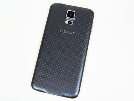 Samsung zeigt sich vor allem bei der Optik wenig einfallsreich, denn wie lange kennen wir jetzt schon dieses Design? Dafür ist die gummierte Rückseite sehr griffig.