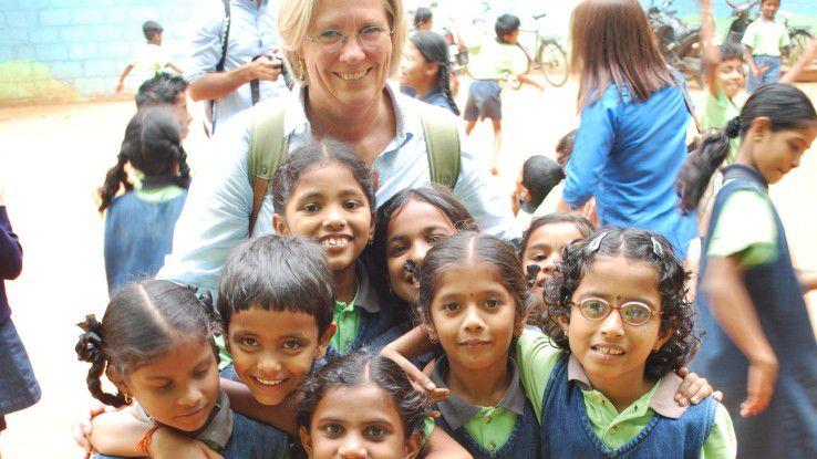 """Helle Dochedahl leitet die 550-köpfige Presales-Organisation von SAP in Europa. An einer Schule für Waisenkinder in Bangalore lernte sie, """"wie man mit einem Minimun an Ressourcen ein Höchstmaß an Nutzen schafft"""". Vier Wochen lang half sie, die Spendenorganisation der Schule zu verbessern."""
