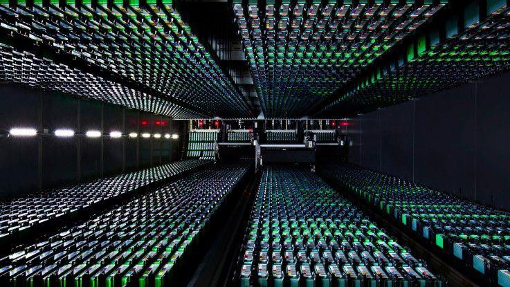 Im Data Center der Zukunft (hier ein Symbolfoto aus einem der zahlreichen Google-Rechenzentren) wird weniger bis gar nicht gekühlt, automatisierter und höchsteffizient gerechnet.