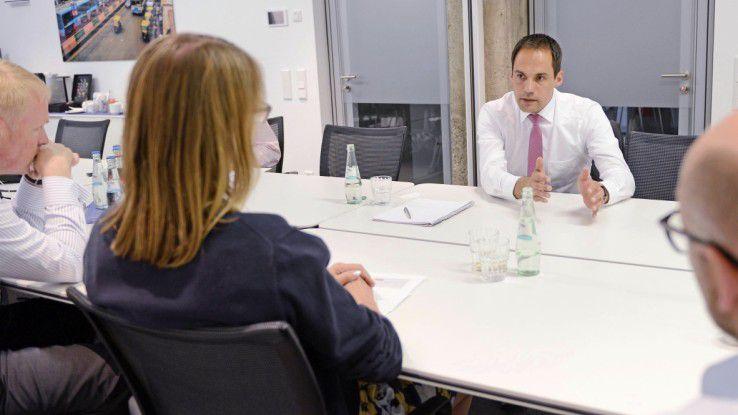 Der Sieger des CIO Executive Award Tobias Rölz musste sich im Kreuzverhör den Fragen der Jury stellen