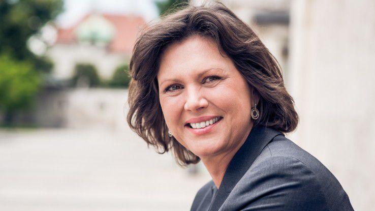 """Die Bayerische Staatsministerin Ilse Aigner unterstützt den """"CIO des Jahres"""" als Schirmherrin, denn es sei wichtig, Manager, die neue Maßstäbe setzen und Best Practice-Beispiele abgeben, auszuzeichnen: """"Wir müssen ihnen die Bühne bauen, die sie verdienen."""""""