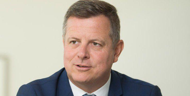 SAP-Personalvorstand Stefan Ries kündigte in Köln an, dass sein Unternehmen eine App entwickelt, die die Zusammenarbeit zwischen Flüchtlingen und ehrenamtlichen Helfern verbessern soll.