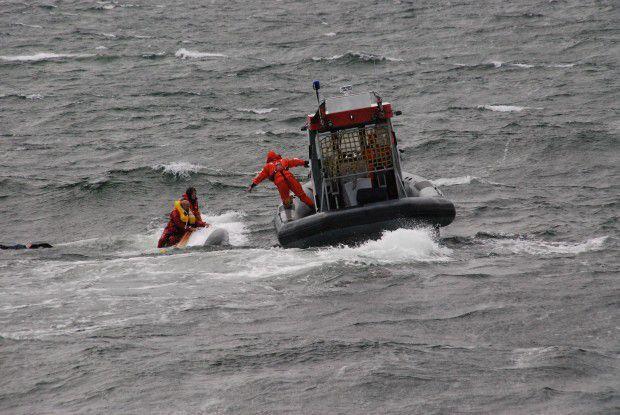 Bei einem Rettungseinsatz - hier werden zwei gekenterte Segler in der Ostsee geborgen - bleibt kaum Zeit, eine Kamera zu zücken.