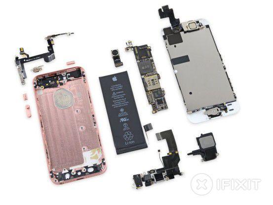 Der Reparaturdienstleister hat das iPhone SE bereits zerlegt.