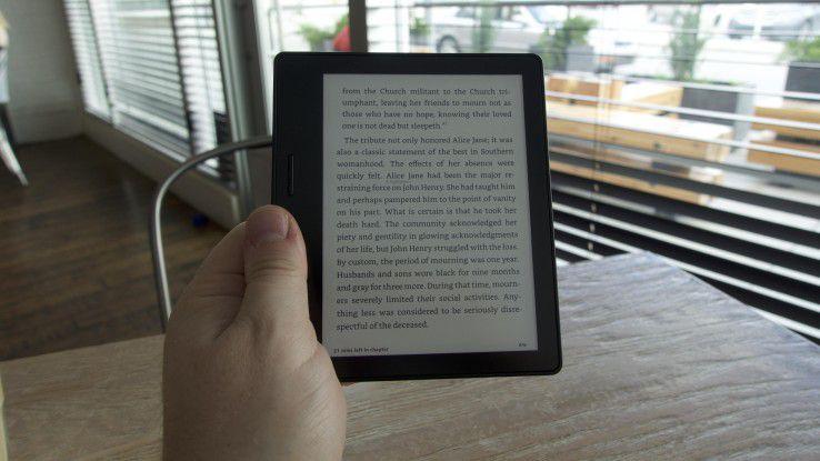 Dank seines Designs ist Amazons neuester E-Reader Oasis auch einhändig bedienbar - ein Beschleunigungsmesser sorgt dafür, dass auch Linkshänder glücklich werden.