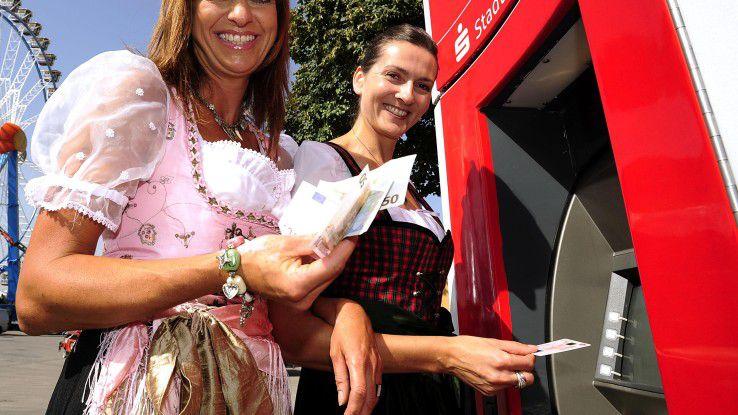 Damit die Geldversorgung sichergestellt ist, müssen die Bankomaten auf und rund um das Oktoberfest ständig aufgefüllt werden.
