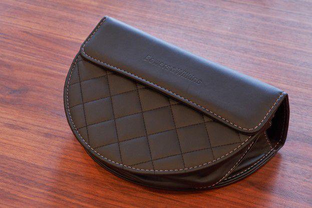 B&W legt seinem P7 eine sehr schöne Tasche aus Leder bei.